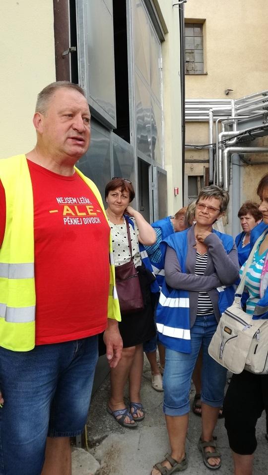 Účastníci zájezdu do Mladějova se svezli úzkokolejkou
